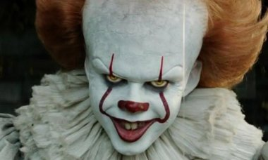 The_actor_who_plays_Pennywise_is_gorgeous_in_real_life