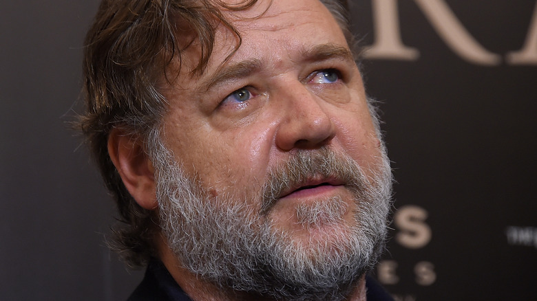 Russell Crowe looking up