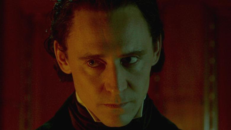 Tom Hiddleston Thomas Sharpe leering