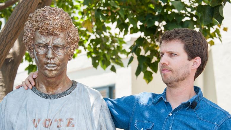 Jon Heder next to Napoleon Dynamite statue