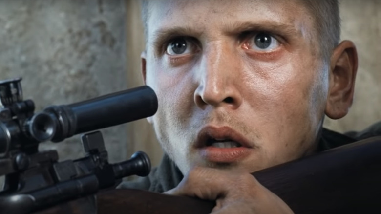 Barry Pepper aiming sniper rifle