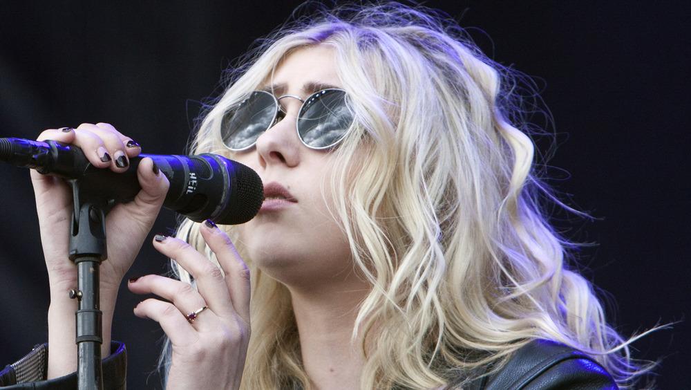 Taylor Momsen microphone